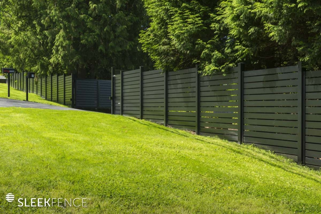 Sleek horizontal aluminum screen fence -1