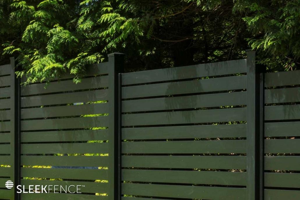 Sleek horizontal aluminum screen fence - 2